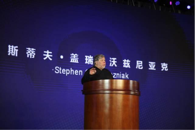 苹果联合创始人沃兹尼亚克在青藤创业营的毕业典礼上