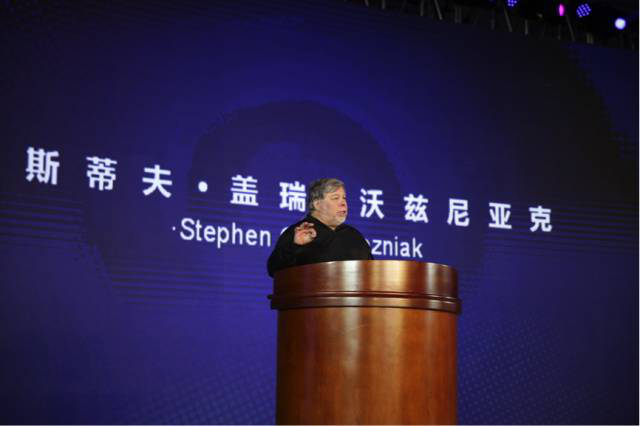 Apple Inc's co-founder Stephen Woznizk was delivering a speech at the commencement ceremony of Qingteng Entrepreneurship Camp