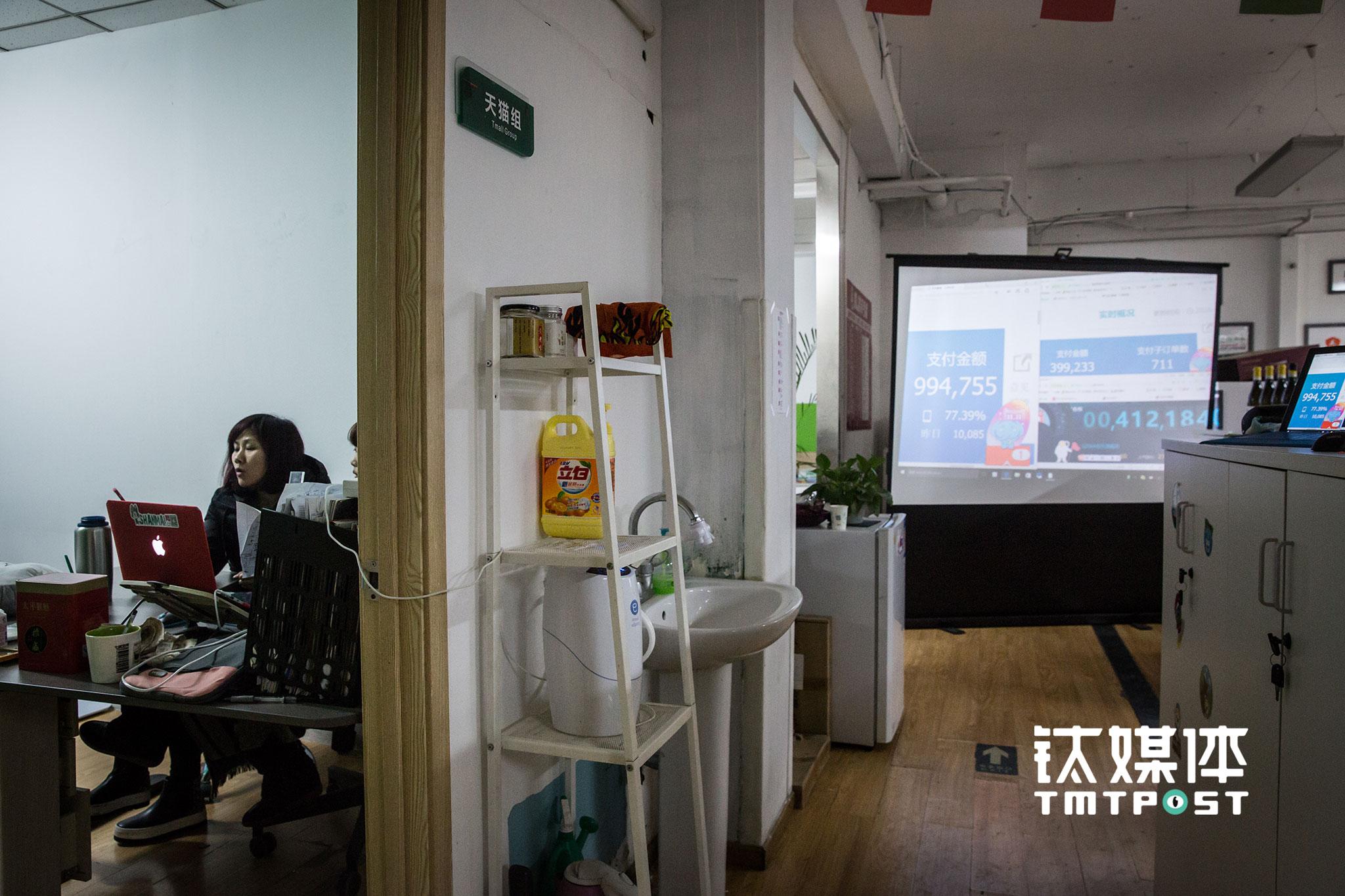 11月11日凌晨5:42,第一个100万还没到来,高伟娥和另一位合伙人在办公室自娱自乐唱起了歌,此时他们最大的一家店铺在天猫的成交量为99.47万。