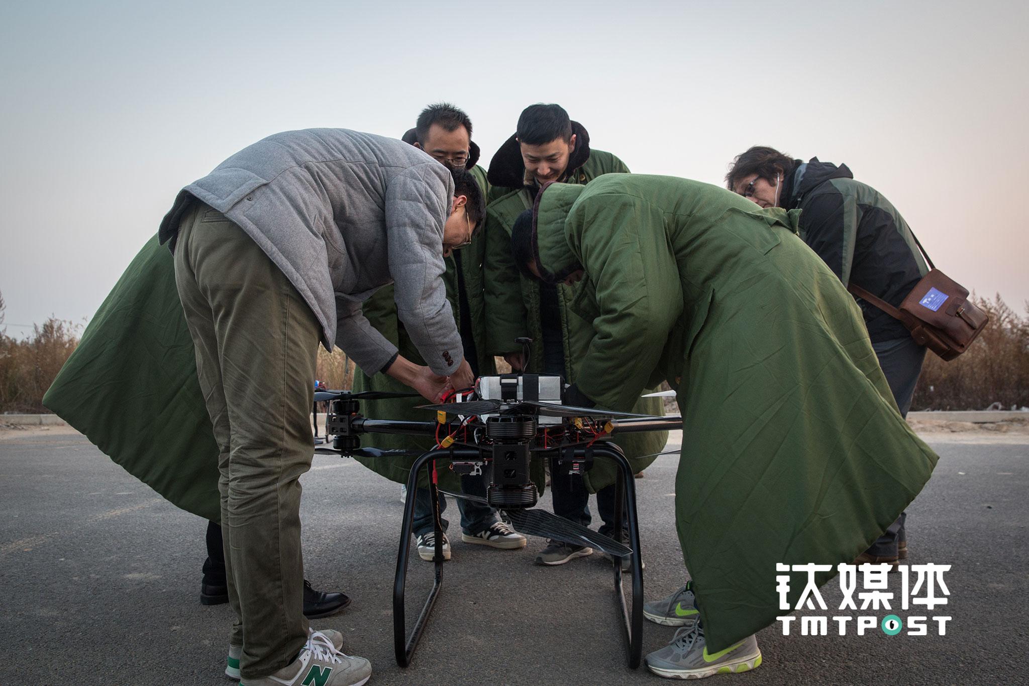 """2016年11月1日,京东无人机外场试飞前,团队成员对飞机进行调试,此次试飞的机型将在今年""""双十一""""投入运营。今年6·18,京东在江苏宿迁试运营了无人机送货,那是京东无人机首次亮相。""""今年双十一,我们在大概4个省的农村同时试运营,每个省有10条左右的航线"""",该团队一名工程师介绍。"""
