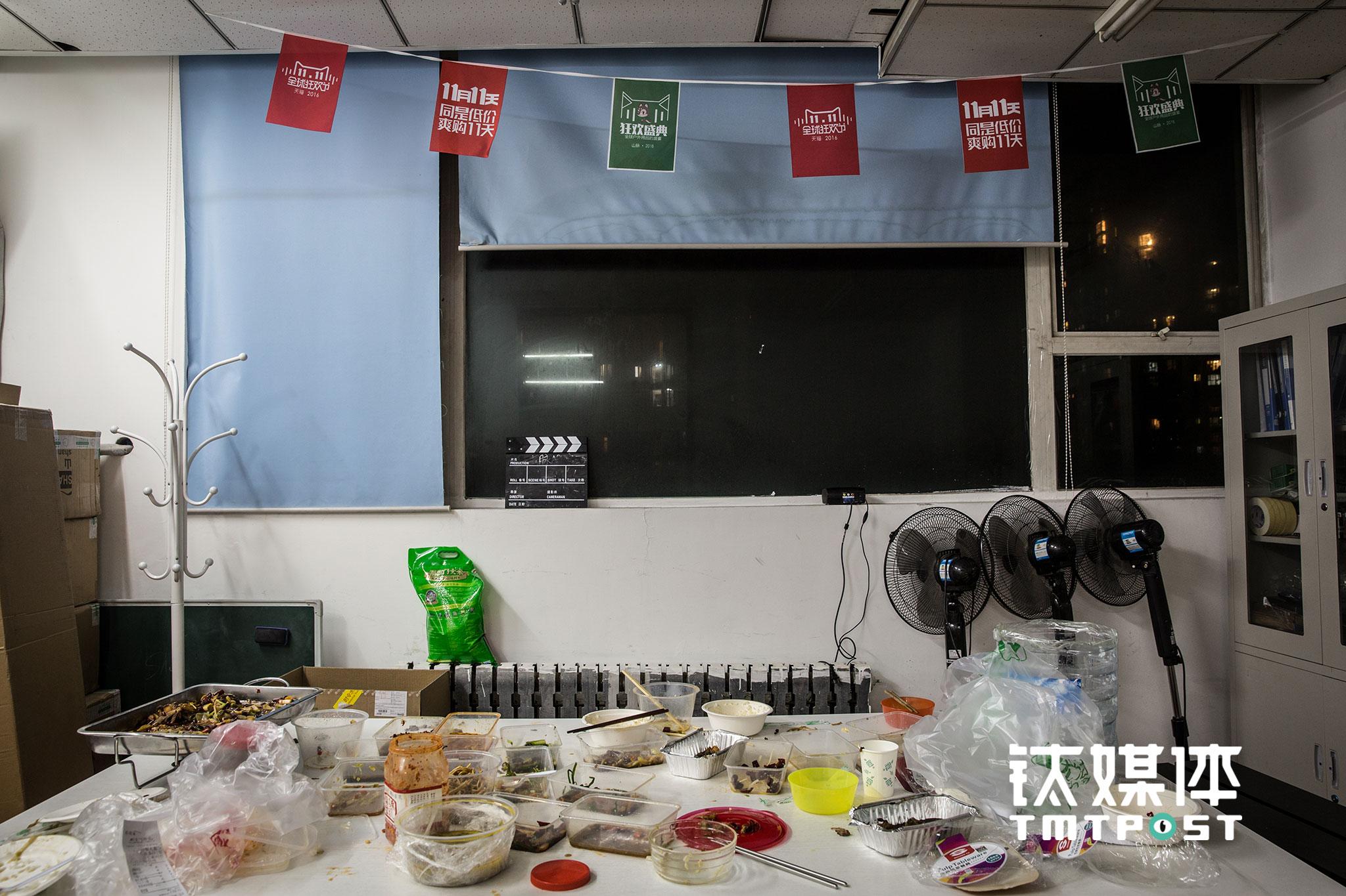 山脉户外自营及代运营的户外用品店铺共有17家,11月10日这一晚有将近30名员工留下加班,在匆匆吃过加班餐后,他们又投入了工作。