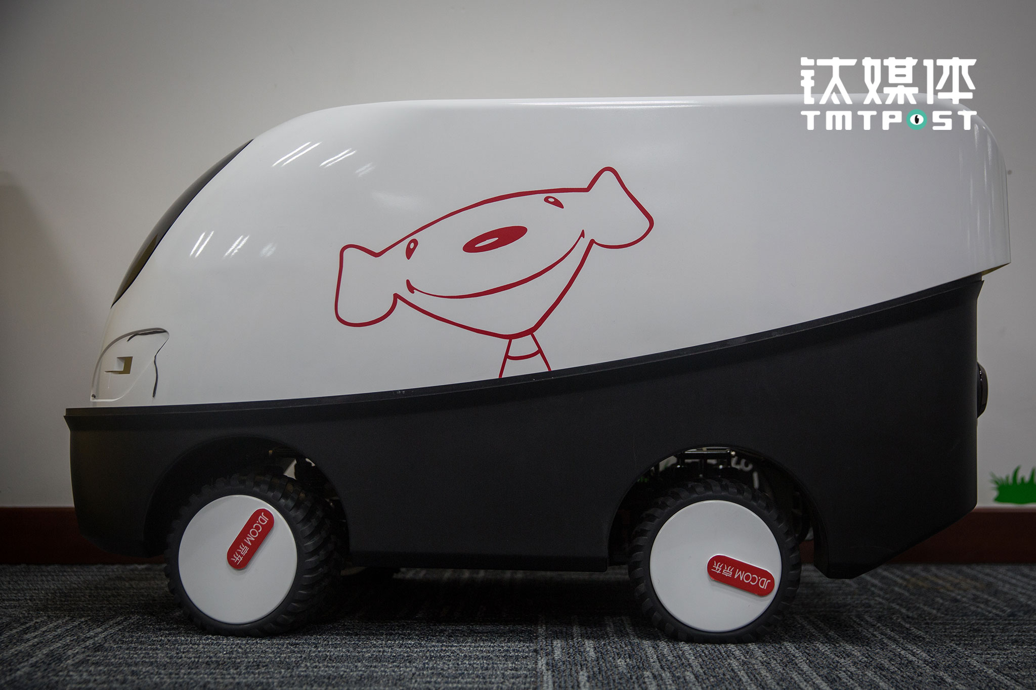 京东无人车研发中心,一辆经过多次试验的无人车。京东无人车研发团队表示,京东无人车将在双十一投入实验性试运营。