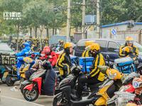 """外卖""""骑兵"""":""""红黄蓝""""在路上丨钛媒体影像《在线》43期"""