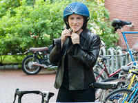 随身携带更方便,不妨试试这款赢得戴森奖的纸质自行车头盔