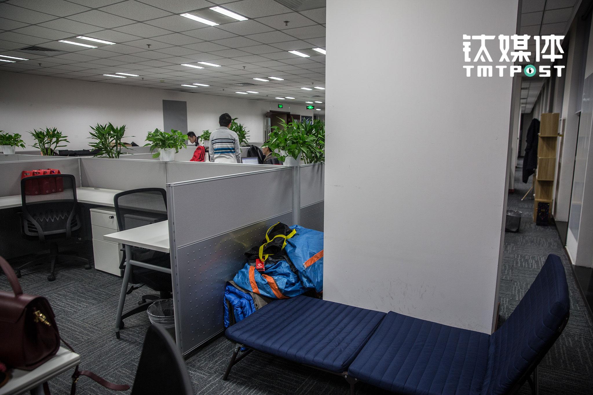 """京东无人机和无人车团队同属于京东X事业部,双十一临近,事业部办公室为加班员工准备了帐篷、睡袋等休息用具。""""我们的想法还需要时间去验证,包括技术的可行性和方案的可靠性"""",张潮乐在其中,他希望""""如果有一天大家在路上看到京东无人配送车,能够对它多一份宽容。"""""""