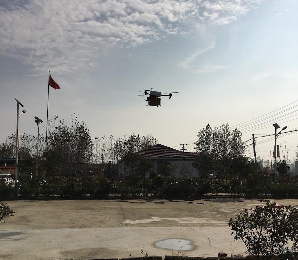 京东无人机飞翔画面,承重最大值为15公斤、体积为30*30*40,可以在四级风甚至小雨天气完成距离配送站15公里以内的配送任务