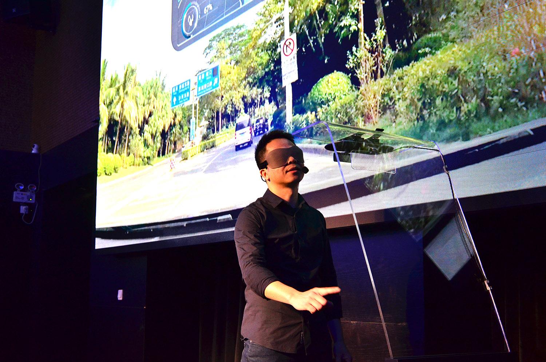 光晕科技CEO在演示Halo HUD的手势交互效果