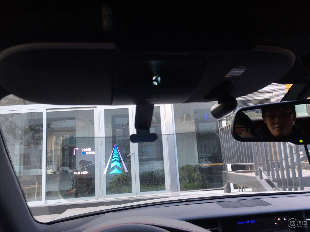 导航信息通过光学镜片投射汽车挡风玻璃上幕