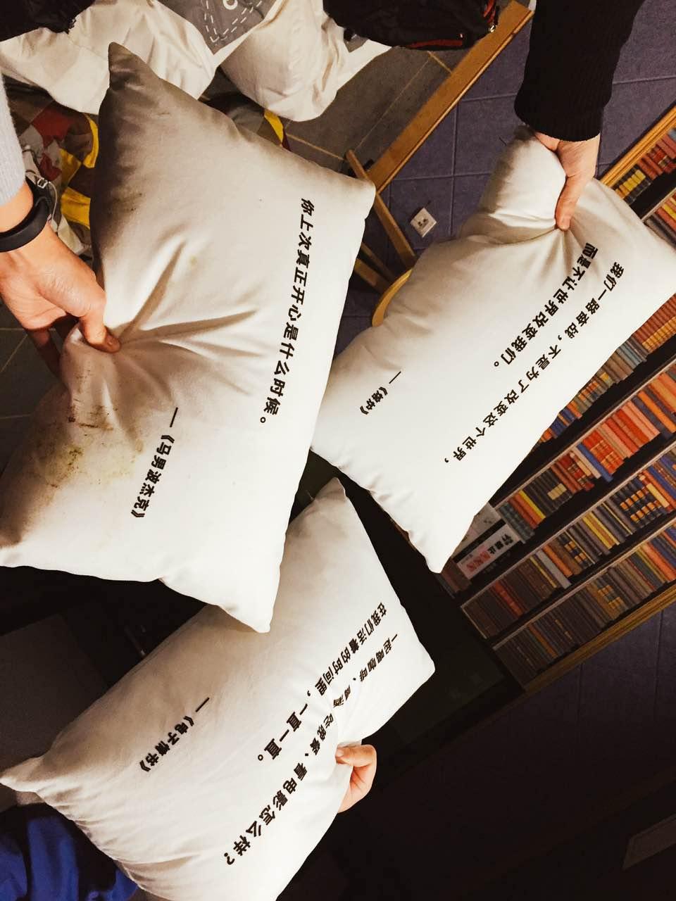 精挑细选的片单,印着台词的抱枕,这一切都好像让你在被一个同样爱电影的人关爱。