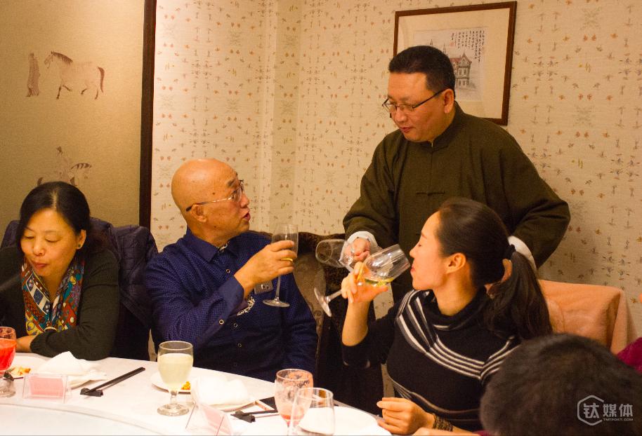 现场长者向戴爱群先生反馈,这一餐,既好吃,又独具内涵。是世面上少有的一次珍贵的活动。