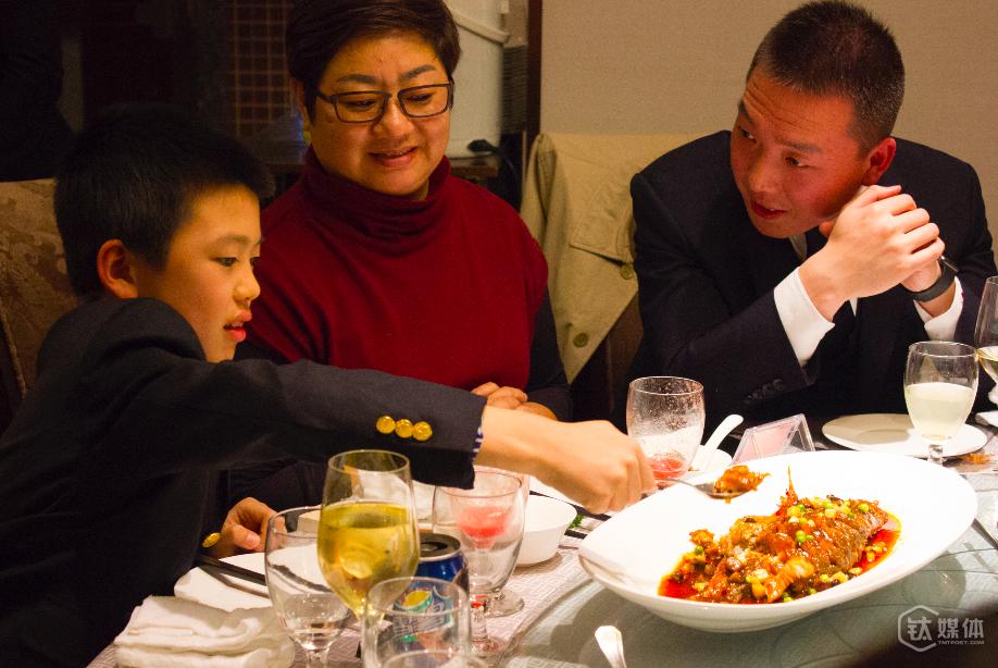现场唯一的一个小朋友表示,要到北京来找戴老师,吃到好吃的同时,学到更多做人的道理。
