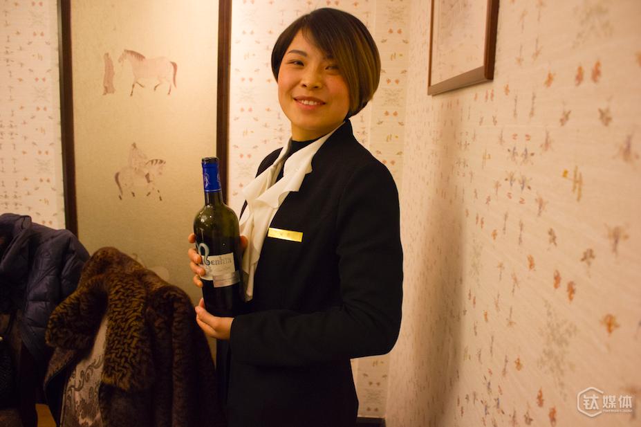 现场用酒:乐华夜圣乔治,年产3923瓶。产地:法国勃艮第
