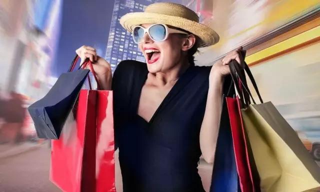 在全球经济大势疲软,新兴消费市场升级的影响下,近些年来,曾经傲视全球的奢侈品大牌,也开始思考和消费者之间的关系,从遥不可及的云端降落到触手可及的身边。不觉间,中国已成为世界上第三大奢侈品消费国。